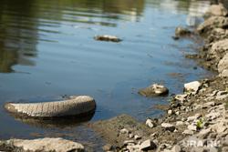 Обмеление реки Исеть. Екатеринбург, река исеть, колесо автомобиля, мель