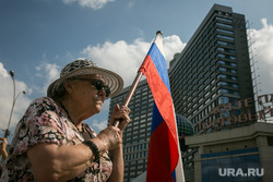 День Государственного флага. Москва, шляпа, старушка, солнечные очки, пожилая женщина, митинг, шествие, новый арбат, бабушка с флагом