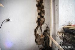 Поездка Дениса Паслера в Верхотурье., старый дом, трещина в стене