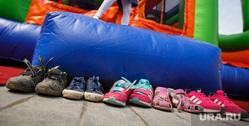 Благотворительный фестиваль «Мы вместе». Екатеринбург, ботинки, аттракцион, обувь, дети, батут, сандали