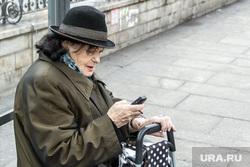 Клипарт. Санкт-Петербург., пенсионерка, остановка, бабушка, сотовый телефон, новые технологии