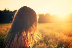 Открытая лицензия на 28.07.2015. Эмоции.Люди., девушка, закат, грусть, печаль