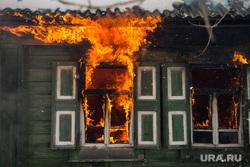 Пожар в Первоуральске, деревянный дом, пожар, огонь