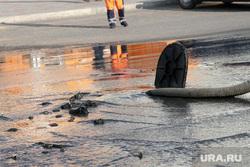 Прорыв воды у спорткомплекса Курган, откачка воды, лужа на дороге