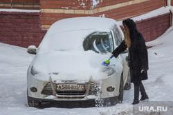 Снег. Ханты-Мансийск., зима, очистка автомобиля, машина в снегу