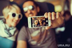 Клипарт depositphotos.com, фотографирует на мобильник, selphie, гаджет, селфи, мобильный телефон