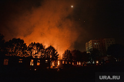 Мариуполь. Мародерство и пожар в поспешно оставленной военными воинской части. Украина, пожар, вечер, огонь