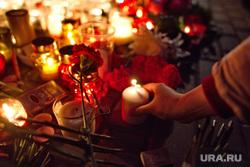 Цветы в память о жертвах терактов в Париже у посольства Франции. Москва, свечи, траур