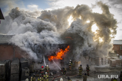 Пожар на улице Карьерной, 30. Екатеринбург, дым, пожар, огонь, тушение пожара, пожарные
