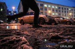 Сосульки, снег на крышах и грязь. Екатеринбург, грязный снег