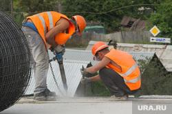 Ремонт автодорожного моста между Екатеринбургом и Первоуральском, строители, дорожные работы, разнорабочие, отбойный молоток