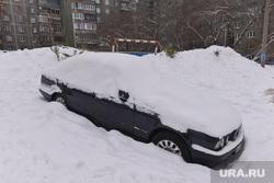 Уборка снега во дворах. Челябинск., сугроб, парковка, машина, подснежник