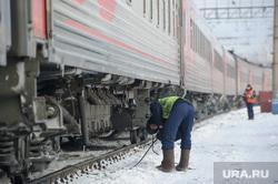 Подготовка поезда дальнего следования к рейсу: проводница в пассажирском вагоне. Екатеринбург, железная дорога, пассажирский поезд, путевой обходчик