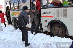 Город после снегопадаКурган, уборка снега, пенсионер, пазик, остановка общественного транспорта
