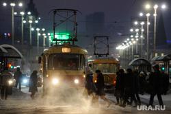 Екатеринбург в морозные дни, трамвай, остановка, холод, зима, вечер, общественный транспорт