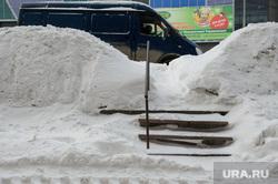 Зимний Екатеринбург, сугроб, снег в городе