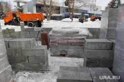 У входа в парк стадиона Динамо расчищают снег. Екатеринбург