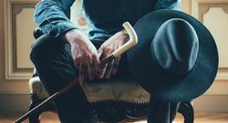 Открытая лицензия от 01.09.2016. Татуировки, шляпа, наколка, трость, татуировки на пальцах