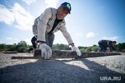 Валентин Грипас в парке Маяковского смотрит как готовят фан-зону к ЧМ-2014 в Бразилии. Екатеринбург, мигранты, дорожные работы, рабочие
