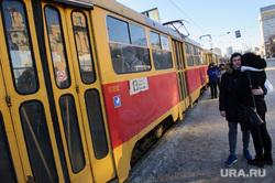 Одиночный пикет против введения новой транспортной схемы в Екатеринбурге, трамвайная остановка, общественный транспорт, маршрут13, влюбленная пара, площадь1905 года