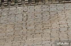 Падающие кирпичи с крыши общежития по улице Станционной 50, мокрая стена