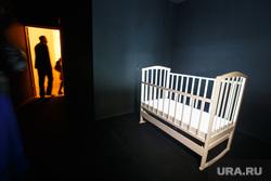Евгений Куйвашев на Уральской индустриальной биеннале в гостинице Исеть. Екатеринбург, насилие, люлька, детская кроватка, киднэпинг, темная комната