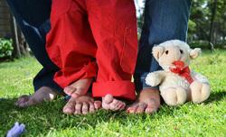 Открытая лицензия от 09.09.2016. семья, детские ноги, детская игрушка