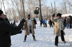 Святочные гуляния в Саду Победы в Тракторозаводском районе. Челябинск, казаки, перебрасывание гири