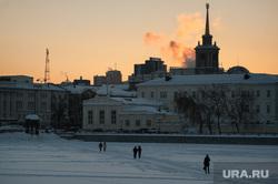 Общественный транспорт Екатеринбурга, администрация екатеринбурга, набережная, зима, река исеть, переход по льду, город екатеринбург