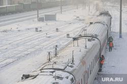 Подготовка поезда дальнего следования к рейсу: проводница в пассажирском вагоне. Екатеринбург, железная дорога, депо, станция екатеринбург пассажирский, пассажирский поезд