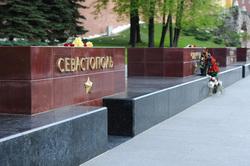 Аллея городов-героев в Александровском саду. Москва, севастополь, город-герой