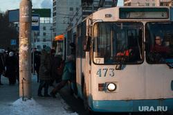 Общественный транспорт Екатеринбурга, остановка, троллейбус, общественный транспорт, троллейбус17, пассажиры