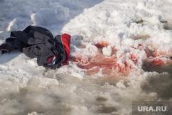 Альпинист сорвался с крыши в Салехарде, место проишествия, кровь на снегу