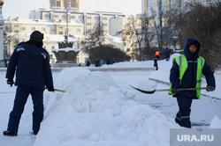Зимний Екатеринбург, площадь труда, уборка снега, дворники, снег в городе