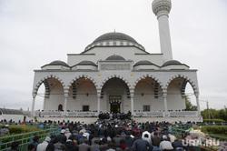 Верхняя Пышма. Празднование Ураза-байрама в Медной мечети им. имама Исмаила аль-Бухари.  Екатеринбург, мусульмане, намаз, ураза-байрам, медная мечеть