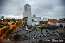 Открытие медиа-фасада Ельцин Центра. Екатеринбург, очередь , ельцин центр, вечер
