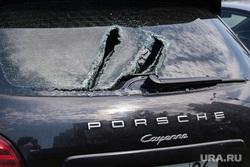 Побитые автомобили у входа в Заксобрание СО. Екатеринбург, porsche, разбитый, порше кайен