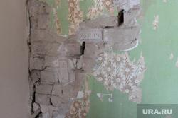 Аварийный дом по улице Володарского 77. Курган, стена, трещина