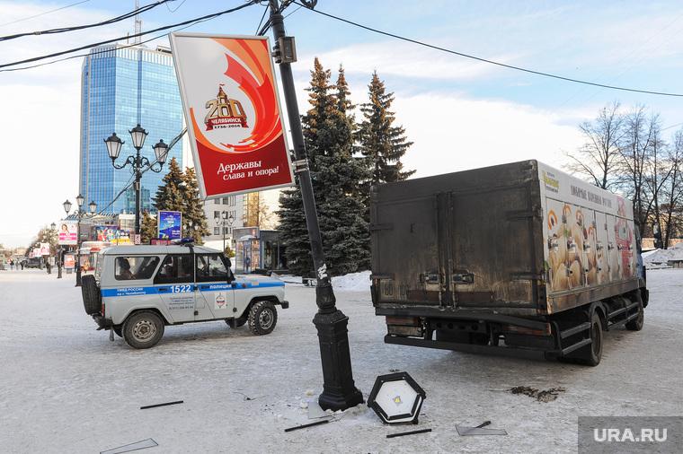 На Кировке грузовик с пельменями сбил осветительный столб. Челябинск, дтп, авария, осветительный столб