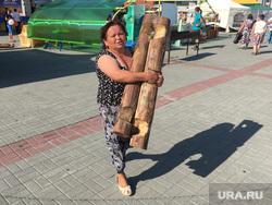 АГРО 2016 выставка Челябинск, женщина с бревном