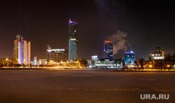 Вид на ночной зимний Екатеринбург-Сити через Городской пруд. Екатеринбург, пешеход, город екатеринбург, человек на льду, екатеринбург-сити, панорама, городской пейзаж, ночной город, городской пруд, зима