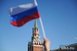 Концерт по случаю Дня России на Красной площади. Москва, кремль, спасская башня, флаг