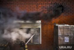 Пожар на улице Карьерной, 30. Екатеринбург, дым, пожар, тушение огня