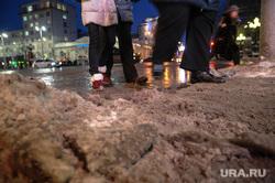 Сосульки, снег на крышах и грязь. Екатеринбург, грязь