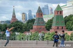 Жанры. Кремль. Москва, кремль, туристы, кремлевская стена, фотографировать, прыжок, город москва