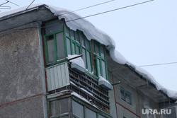 Город в снегу. Курган., снег на крыше, зима