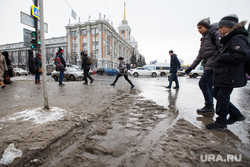 Лужи, грязь, снег в городе. Екатеринбург, лужи, грязь, грязный снег