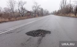 Девочка в Донбассе, асфальт, след от снаряда