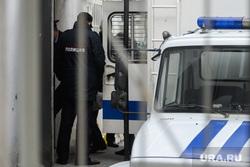 Мера пресечения для шести участников массовых беспорядков в Цыганском поселке. Екатеринбург, конвой, заключенный, полиция