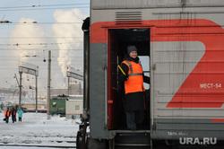 Подготовка поезда дальнего следования к рейсу: проводница в пассажирском вагоне. Екатеринбург, железная дорога, проводница, отправление, пассажирский поезд, последний вагон